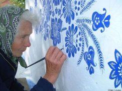90χρονη γιαγιά μετατρέπει χωριό σε έργο τέχνης