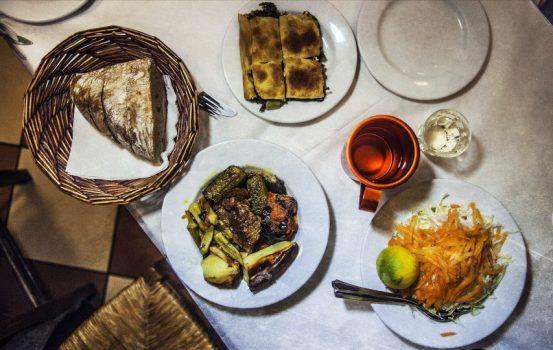 8 κανόνες φαγητού που πρέπει να ξέρετε αν ταξιδεύετε στο εξωτερικό