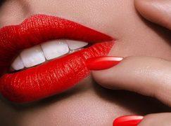 Τα 5 πιο φλογερά κόκκινα lipsticks για τα Χριστούγεννα