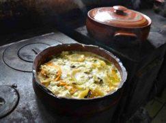 Ταβέρνα στην Κρήτη μαγειρεύει χωρίς ρεύμα τους πιο εκλεκτούς μεζέδες!