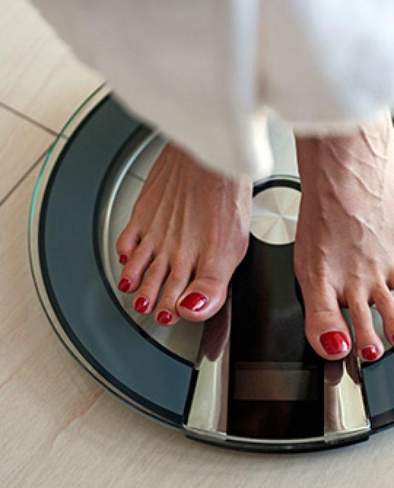 8 λόγοι που εξηγούν γιατί το βάρος αυξομειώνεται κατά τη διάρκεια της ημέρας