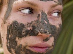 3 λόγοι να επενδύσετε σε μια μάσκα με λάσπη Νεκράς Θάλασσας