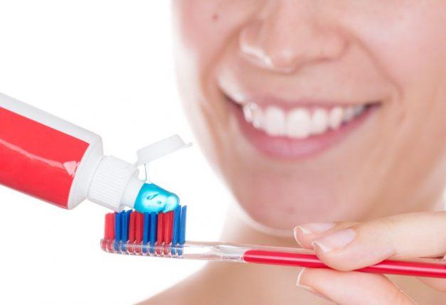 Πρέπει να βρέχουμε την οδοντόβουρτσα πριν βάλουμε οδοντόκρεμα;