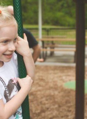 Πως θα μεγαλώσεις ευγενικά παιδιά που νοιάζονται: Τα 7 σημεία της έρευνας του Χάρβαρντ