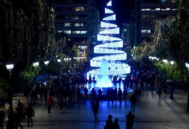 Ανάβει το χριστουγεννιάτικο δέντρο στο Σύνταγμα
