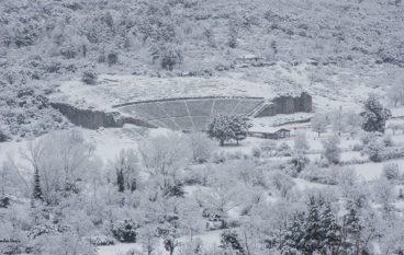 Μαγευτικό τοπίο: Το αρχαίο θέατρο της Δωδώνης στα λευκά