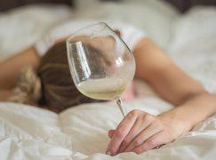 Hangover: 8 συμβουλές για να ξανακάνεις καινούργιο το δέρμα του προσώπου σου