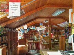 Στο πατάρι ενός μικρού χωριού βρίσκεται μια βραβευμένη βιβλιοθήκη με 20.000 βιβλία!