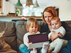 Ερευνα: Τα παιδιά ενός έτους περνούν μια ώρα την ημέρα μπροστά από μία οθόνη
