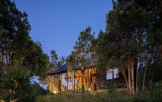 Maullin Lodge: Η εξοχική κατοικία που κρύβεται σε ένα πυκνό δάσος της Χιλής